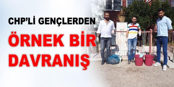 Gençler, Atatürk büstlerini temizledi