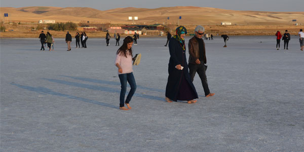 Tuz Gölü'nde çıplak ayakla yürümenin keyfi