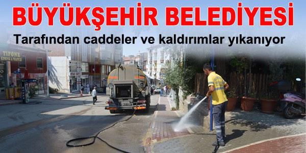 Büyükşehir Caddeleri temizliyor